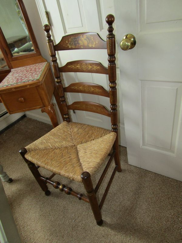 Item   4    Bedroom contents including twin size painted wood bed frame   vintage Queen Anne style dressing table with mirror 53 Tx40 Wx16 D. Absolute Auctions   Realty
